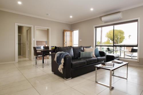 A seating area at Renmark Holiday Apartments