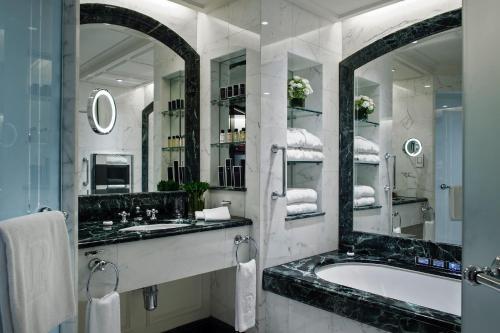 Een badkamer bij The Peninsula Hong Kong