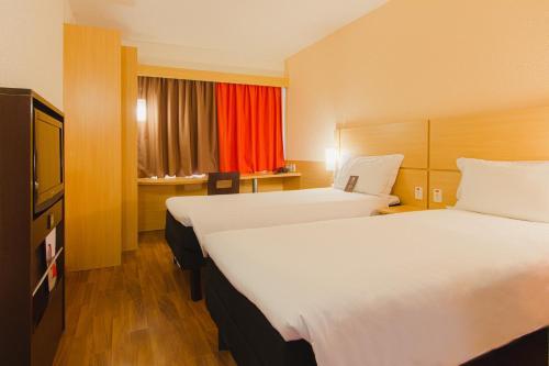 Cama ou camas em um quarto em ibis Porto Alegre Aeroporto