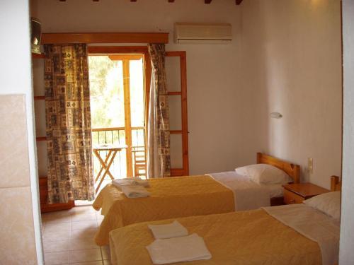Säng eller sängar i ett rum på Villa Kavourakia