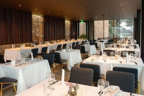 A restaurant or other place to eat at Ana Hotels Bradul Poiana Brasov