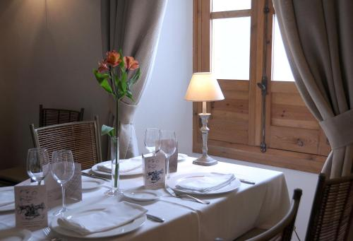 Un restaurante o sitio para comer en Hotel Puerta de la Luna