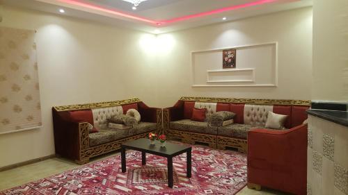 Uma área de estar em Al Arjowan Hotel Units