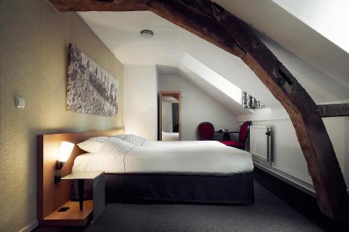 A bed or beds in a room at Hotel- en Restaurant Kasteel Elsloo