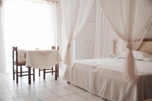 Ένα ή περισσότερα κρεβάτια σε δωμάτιο στο Calypso Beach Hotel