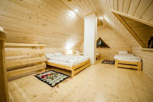 Łóżko lub łóżka w pokoju w obiekcie Osada Stary Bór