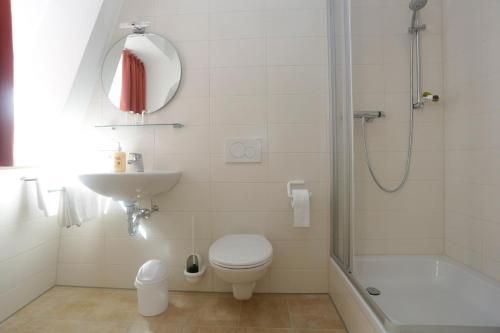 A bathroom at Altstadtpension Waltner