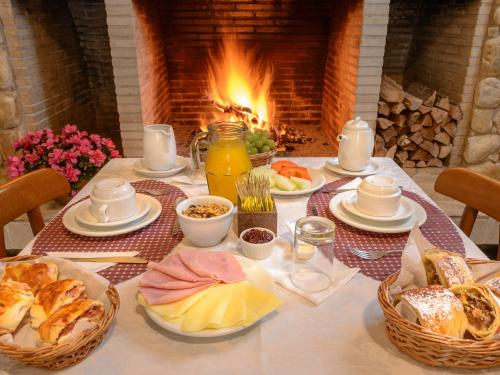 Breakfast options available to guests at Pousada Via Campos