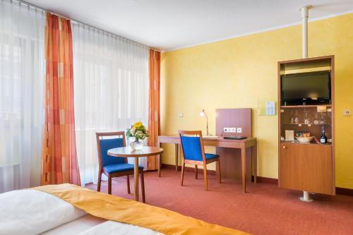 A television and/or entertainment centre at Novum Hotel Rega Stuttgart