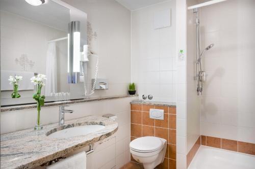 A bathroom at Novum Hotel Rega Stuttgart