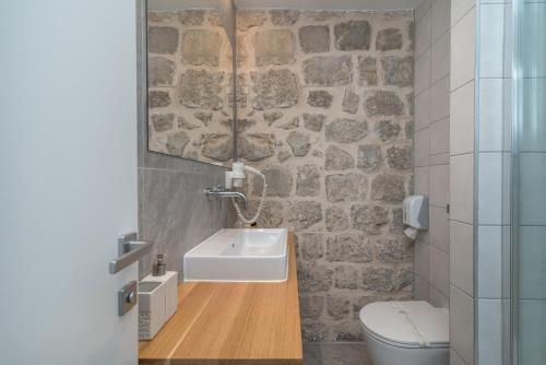 A bathroom at Bifora Heritage Hotel