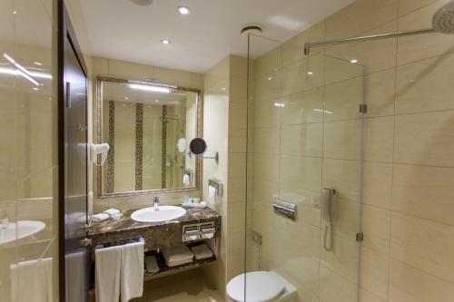Un baño de Ramada by Wyndham Kazan City Centre