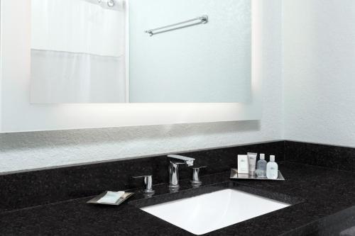 A bathroom at Wyndham Orlando Resort International Drive