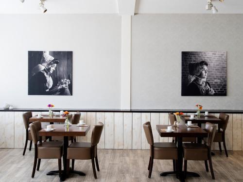 Ein Restaurant oder anderes Speiselokal in der Unterkunft Hotel Nehalennia