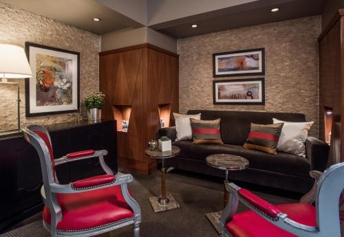 A seating area at Magnolia Hotel Downtown Dallas