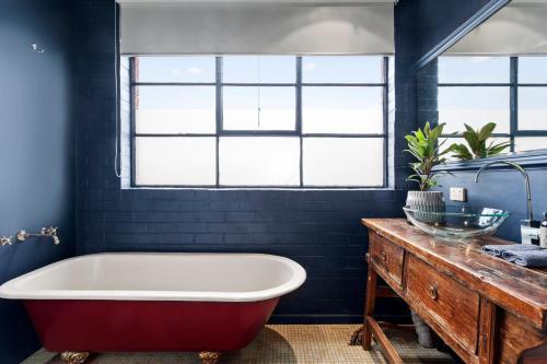 A bathroom at Manallack Apartments Olley