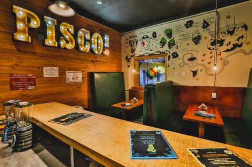 A restaurant or other place to eat at Kokopelli Hostel Cusco