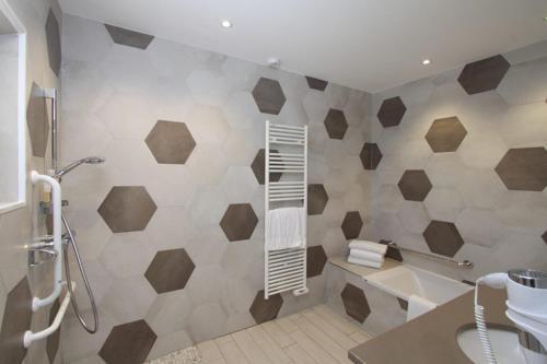 A bathroom at Val Baussenc, The Originals Relais (Relais du Silence)