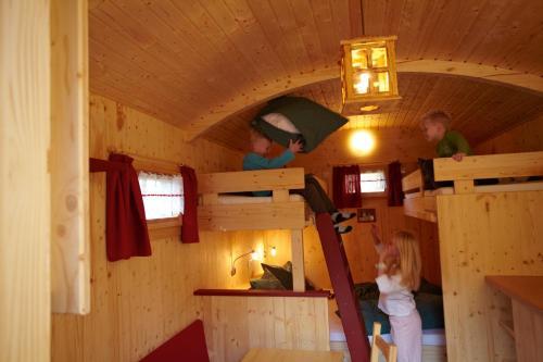 Een stapelbed of stapelbedden in een kamer bij Erlebnispark Tripsdrill Natur-Resort
