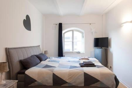 A bed or beds in a room at Stadt-Apartment