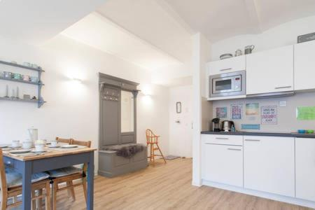 A kitchen or kitchenette at Stadt-Apartment