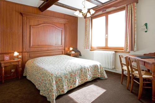 Ein Bett oder Betten in einem Zimmer der Unterkunft Hôtel Restaurant La Charrue