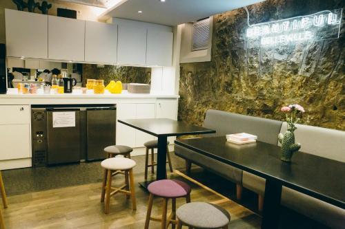 A kitchen or kitchenette at Beautiful Belleville Hôtel & Hostel