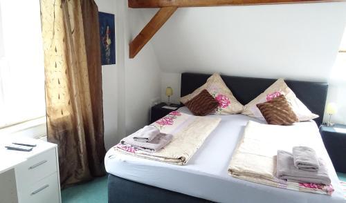 Ein Bett oder Betten in einem Zimmer der Unterkunft Alb Hotel Schalksburg