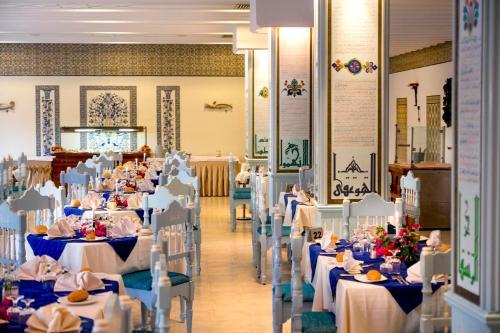 Een restaurant of ander eetgelegenheid bij Novostar Houda Golf Beach & Aquapark