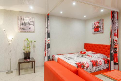 Кровать или кровати в номере Red Bus Apartment na Mira