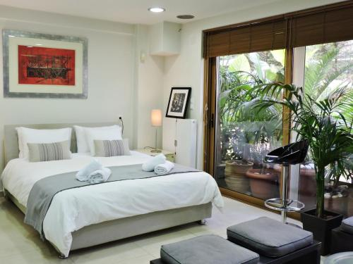 A bed or beds in a room at Luxurious Loft with Garden