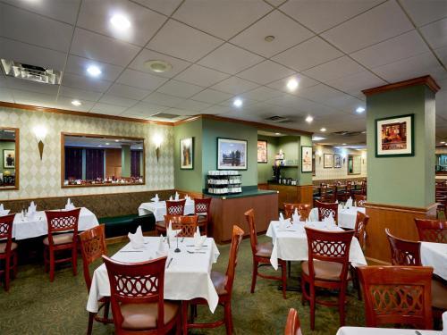 Reštaurácia alebo iné gastronomické zariadenie v ubytovaní The Watson Hotel