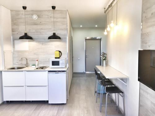 A kitchen or kitchenette at Happy Apartment on Zelinsky Street 5