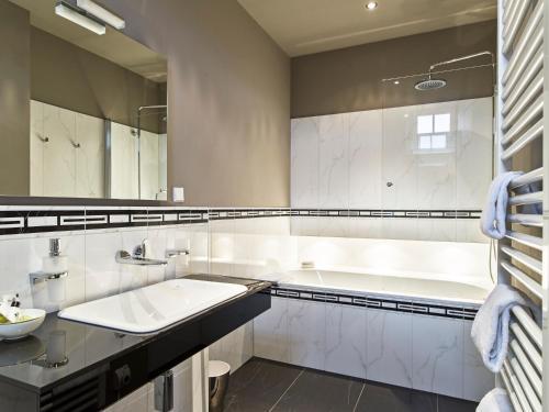 Ein Badezimmer in der Unterkunft Gästehaus Schloss Saareck