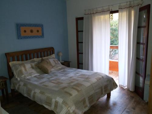 A bed or beds in a room at Chalé em Ilhabela - Praia de Itaguassu
