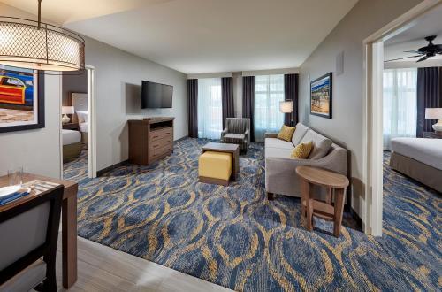 Ein Sitzbereich in der Unterkunft Homewood Suites By Hilton Los Angeles Redondo Beach