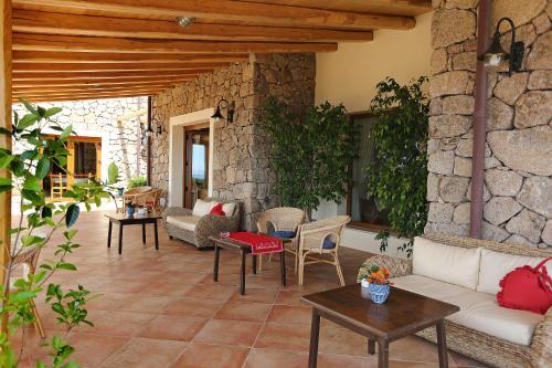 A seating area at Hotel Villa Gustui Maris
