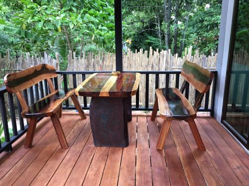 Ein Balkon oder eine Terrasse in der Unterkunft Thai Terrace Bungalow