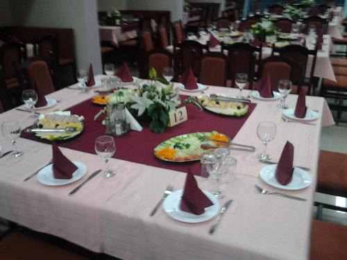 A restaurant or other place to eat at Hotel Satelit Kumanovo