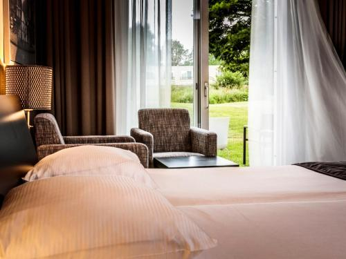 A bed or beds in a room at Golfhotel Amsterdam - Purmerend