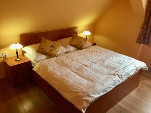 Кровать или кровати в номере Penzion U Golema