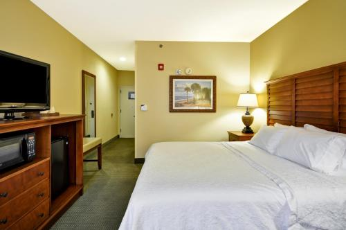 A bed or beds in a room at Hampton Inn & Suites Charleston/Mt. Pleasant-Isle Of Palms