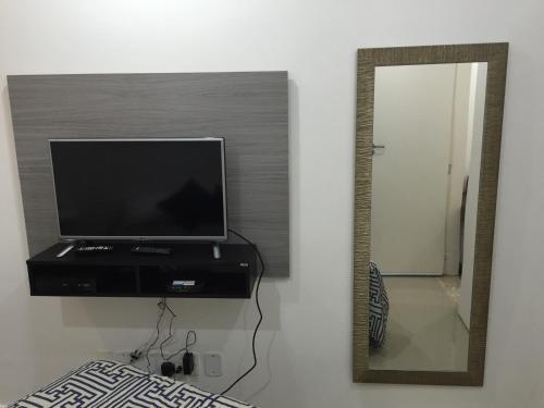 Uma TV ou centro de entretenimento em Apartamento Nossa Senhora Posto 4