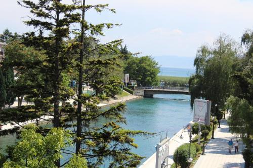 Výhľad na bazén v ubytovaní Villa Nestor alebo v jeho blízkosti