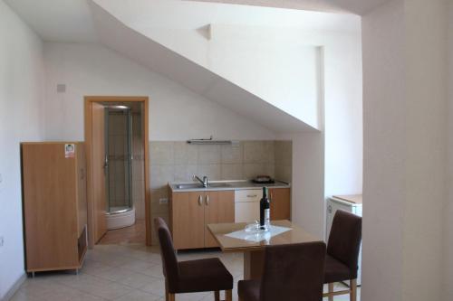 Kuchyňa alebo kuchynka v ubytovaní Villa Nestor