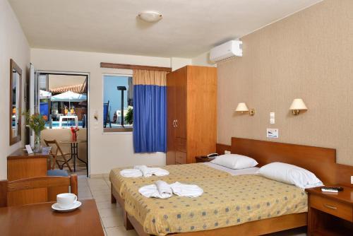 Ένα ή περισσότερα κρεβάτια σε δωμάτιο στο Akatos Hotel