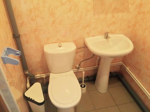 Ванная комната в Veselaya Akula Guest House