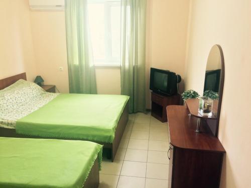 Кровать или кровати в номере Veselaya Akula Guest House