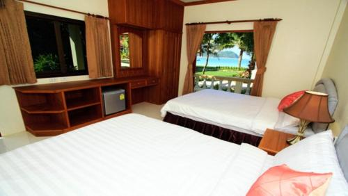A bed or beds in a room at Starlight Resort Koh Phangan
