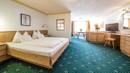 A bed or beds in a room at Hotel Kristall